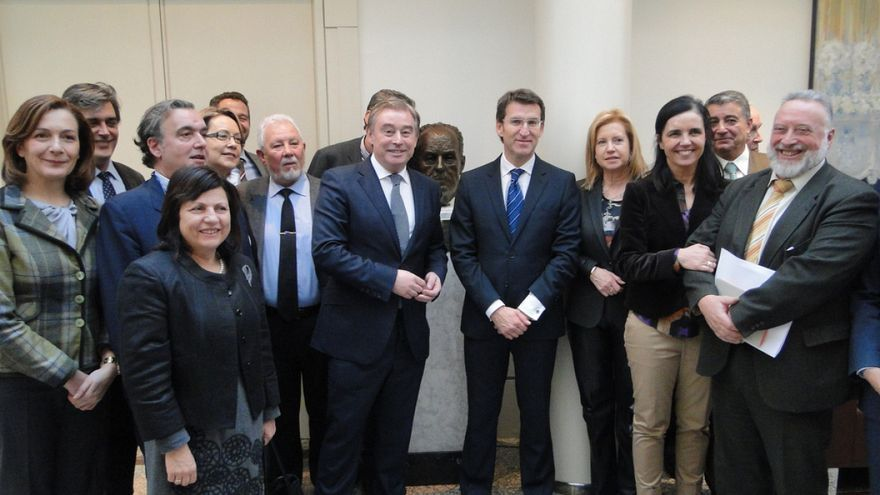 Senadores gallegos del PP, con Feijóo ante el busto de Fraga en la Cámara Alta