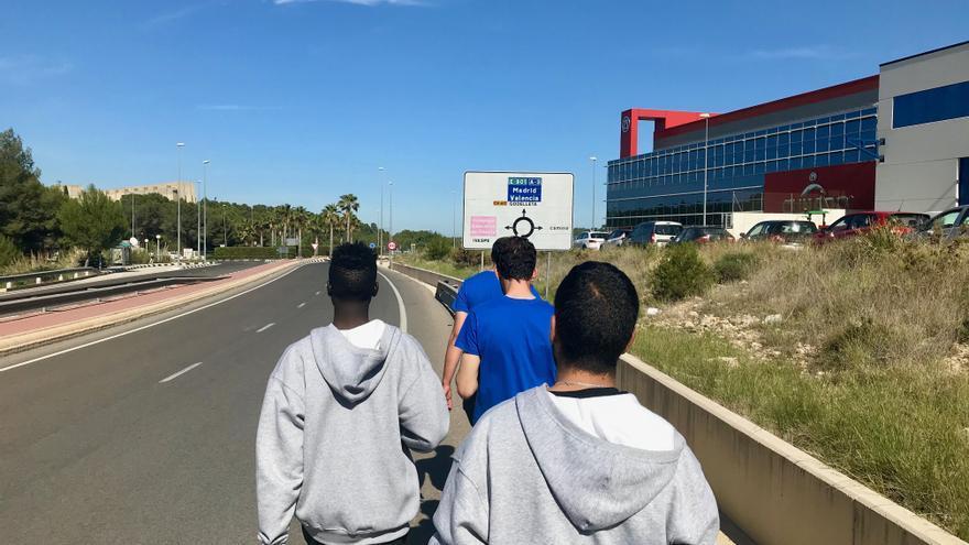 Varios jóvenes migrantes caminan por los alrededores del complejo educativo