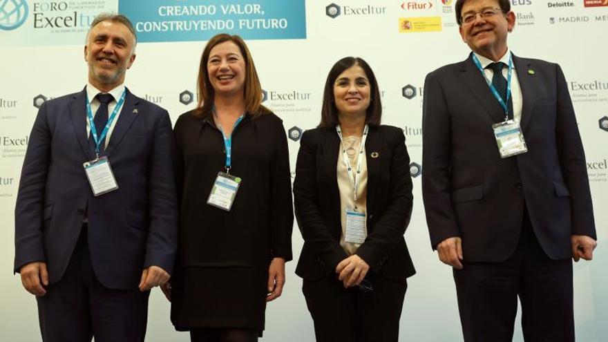 """La ministra de Política Territorial y Función Pública, Carolina Darias (2-d), el presidente del Gobierno de Canarias, ÁngelVíctorTorres (i), el president de la Generalitat valenciana,XimoPuig (d), y la presidenta del Govern Balear, Francina Armengol (2-i), posan para los fotógrafos antes de la mesa redonda """"PotenciandolaimagenylacompetitividadregionaldelturismoenEspaña"""" enmarcada dentro del X Foro Exceltur, que tiene lugar en el Auditorio del Centro de Convenciones Norte de IFEMA este martes, coincidiendo con la celebración de FITUR 2020 en Madrid."""