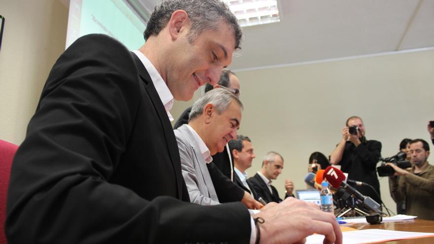 Urralburu (Podemos), González Tovar (PSOE), Nebot (UPyD) y Pujante (Ganar), firmando el acuerdo / PSS