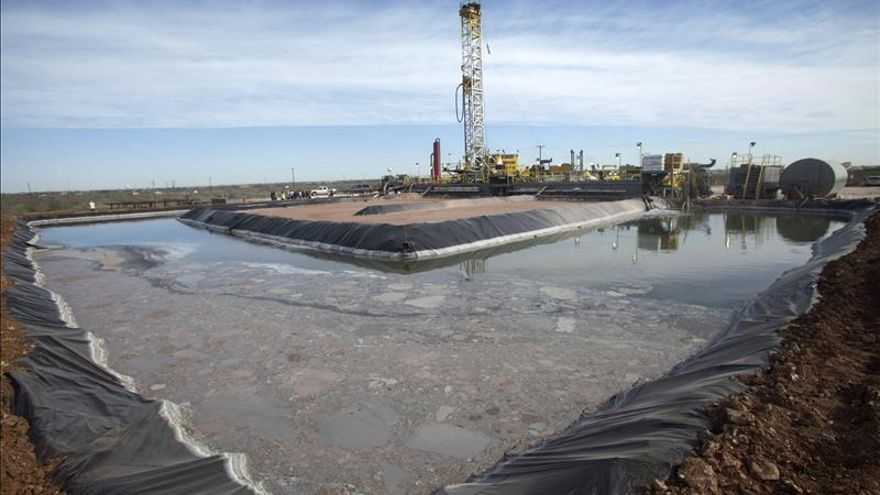 """Actividades de preparación para extraer petróleo mediante la técnica del """"fracking"""" en un pozo de la compañía Windsor Energy, en la localidad de Midland, Texas (EEUU)."""
