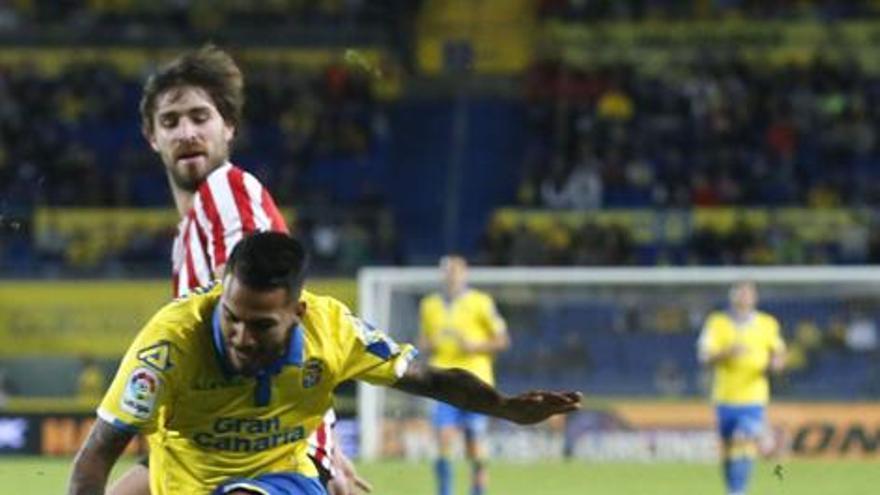 Jonathan Viera lucha por un balón con Eneko Bóveda durante el encuentro de la pasada campaña en el Estadio de Gran Canaria.
