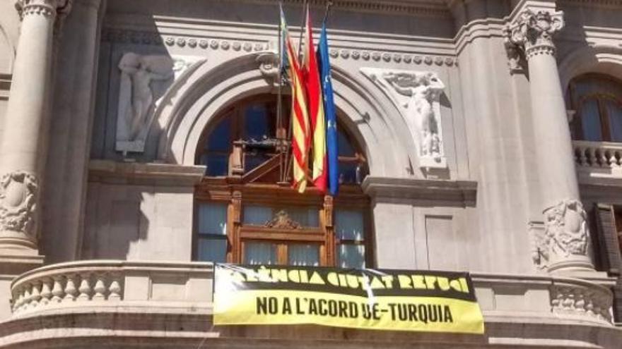 Pancarta en el Ayuntamiento de Valencia contra el acuerdo de Turquía