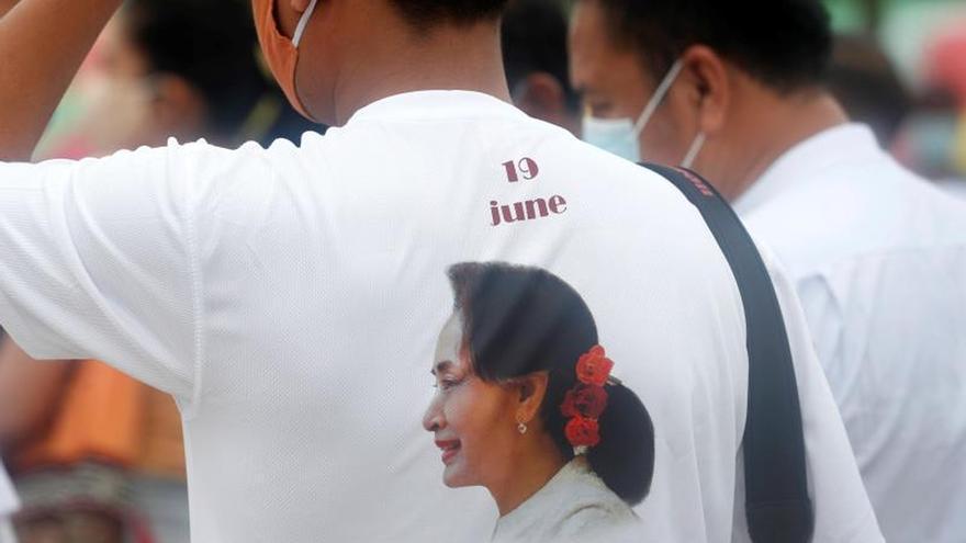 Birmania celebra el 75 cumpleaños de una todavía muy popular Suu Kyi