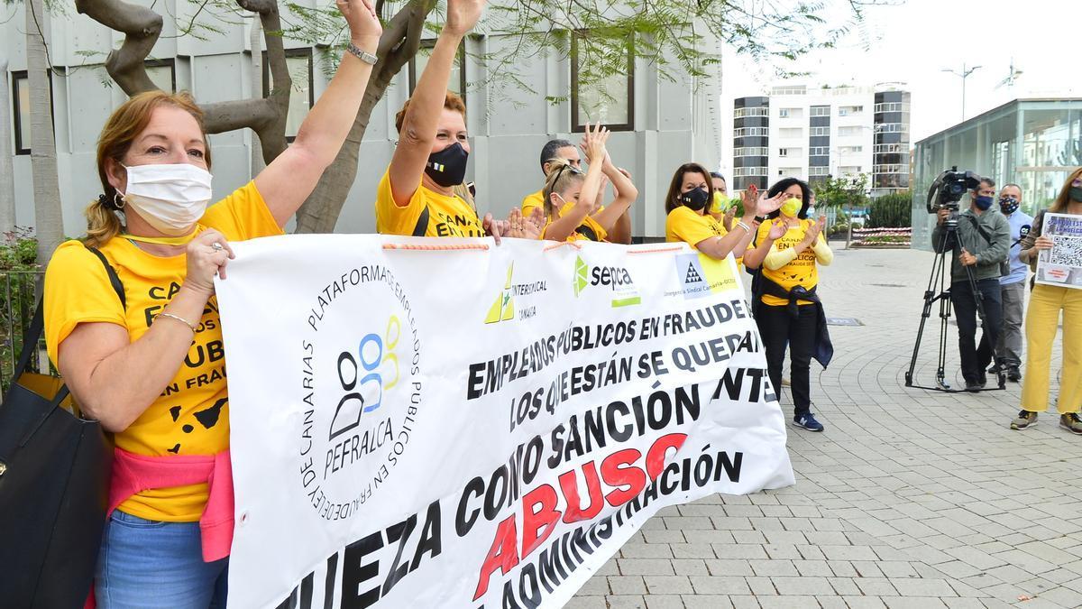 Trabajadoras públicas temporales protestan este Primero de Mayo. (Foto de Ángel Sarmiento).