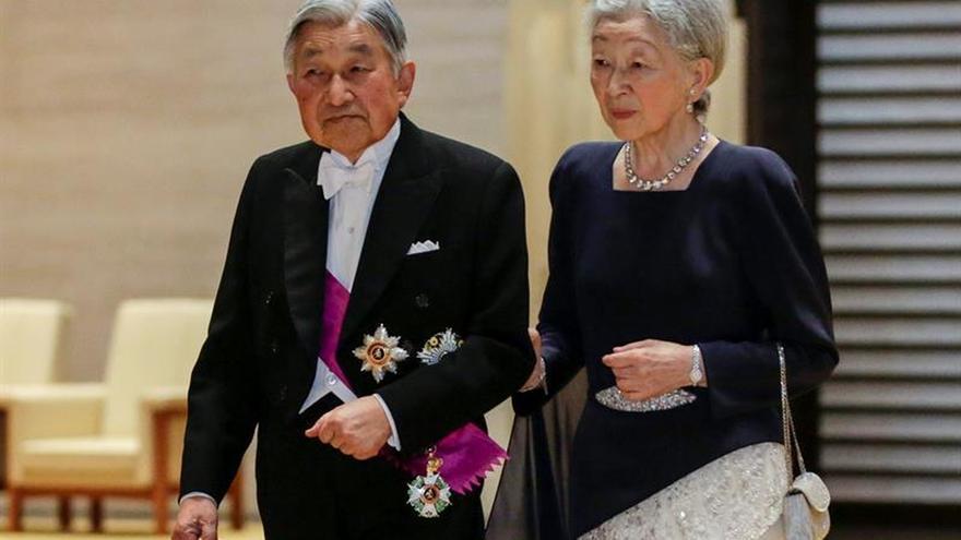 El emperador Akihito cancela su agenda por fiebre