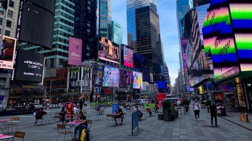 Gente comiendo en Times Square manteniendo la distancia social el pasado 23 de julio.