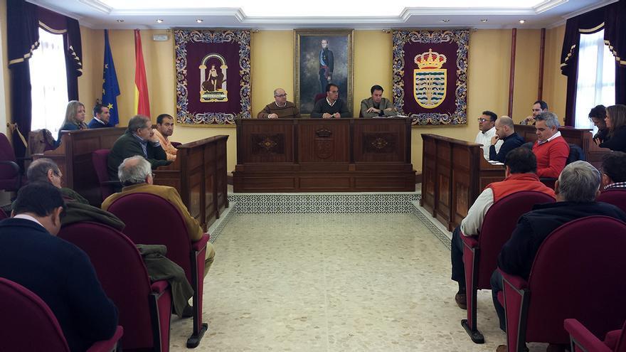 Reunión en el Ayuntamiento isleño por la sentencia del Supremo sobre el cangrejo rojo.