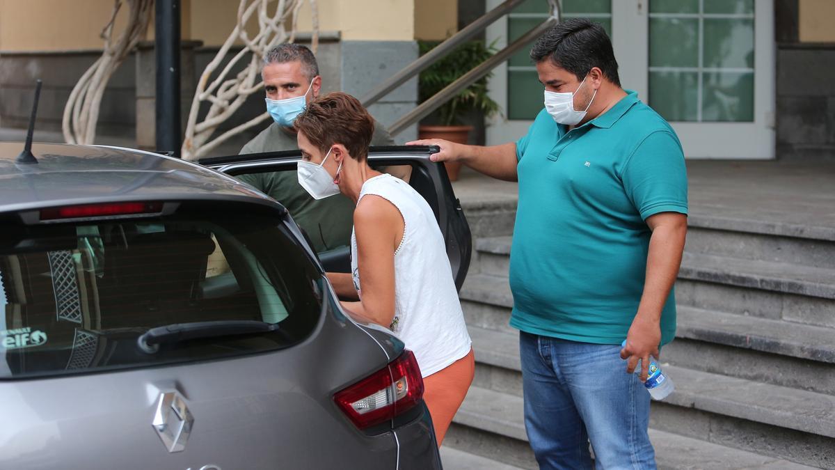 La alcaldesa de Mogán, Onalia Bueno, y el primer teniente, Mencey Navarro, trasladados a las oficinas municipales de Arguineguín (Mogán) para un segundo registro en busca de pruebas de la presunta compra de votos.