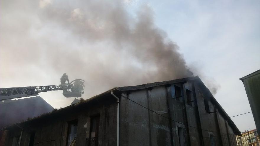 Los bomberos, en el lugar del incendio