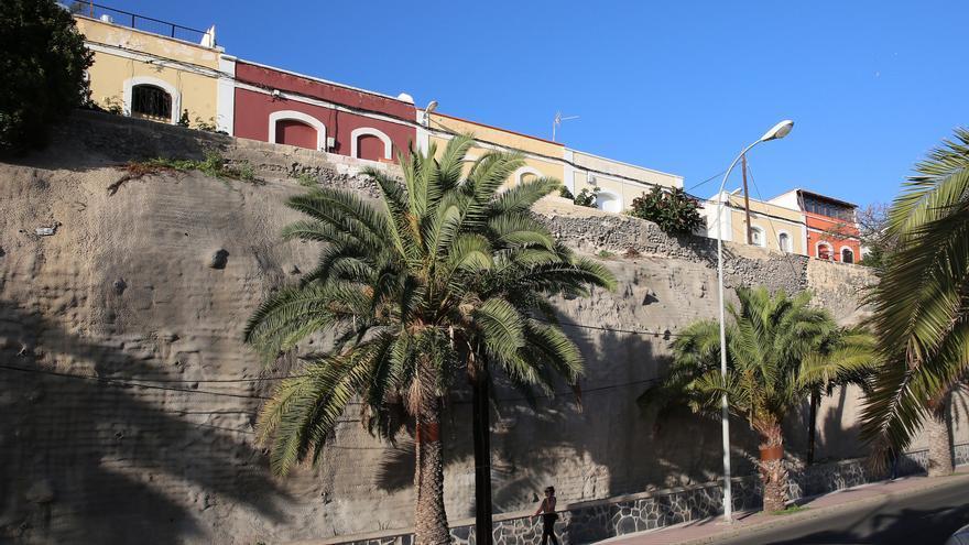 El muro en Paseo de Chil, antes de sufrir un derrumbamiento, sobre el que se alza la calle Ladera de Cuyás.