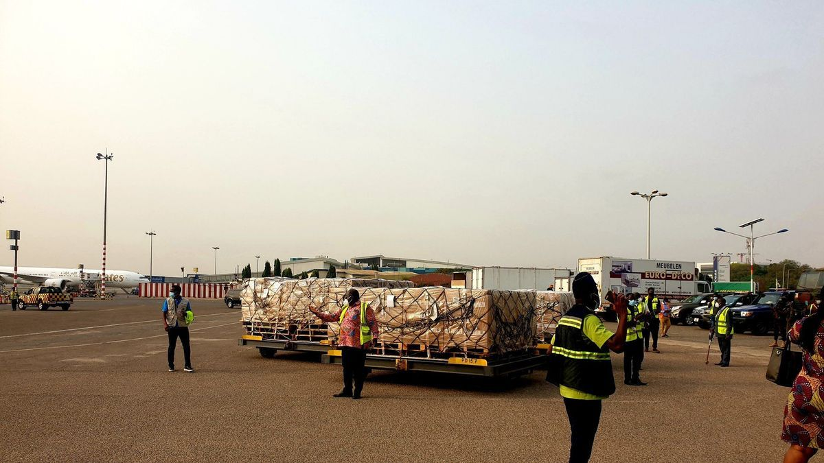 La llegada de las primeras vacunas de AstraZeneca distribuidas por COVAX a Ghana.