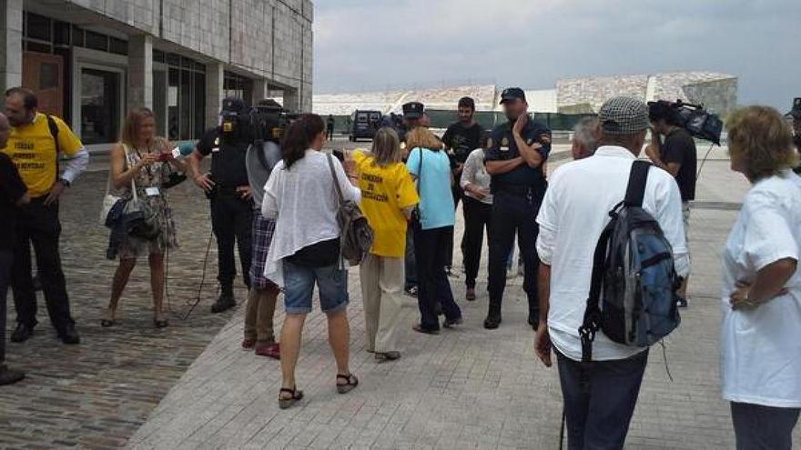La Policía impide el acceso de las víctimas a la entrega de las Medallas de Galicia en julio de 2014