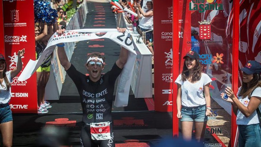 El estadounidense Jesse Thomas acelebra su victoria en la XXV edición del Ironman de Lanzarotes. EFE/JAVIER FUENTES.