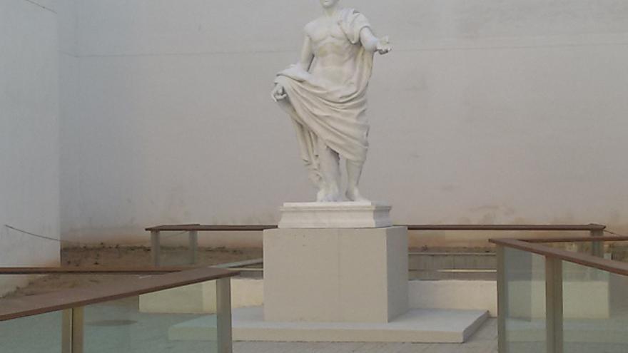 La estatua de Claudio Marcelo, encargada y colocada por el Ayuntamiento de Córdoba en plena campaña electoral.