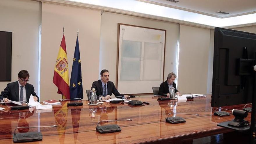 El presidente del Gobierno, Pedro Sánchez (c), junto al ministro de Sanidad, Salvador Illa (i), y el director del Centro de Coordinación de Alertas y Emergencias, FernandoSimón (d), el pasado sábado EFE/J.M. Cuadrado