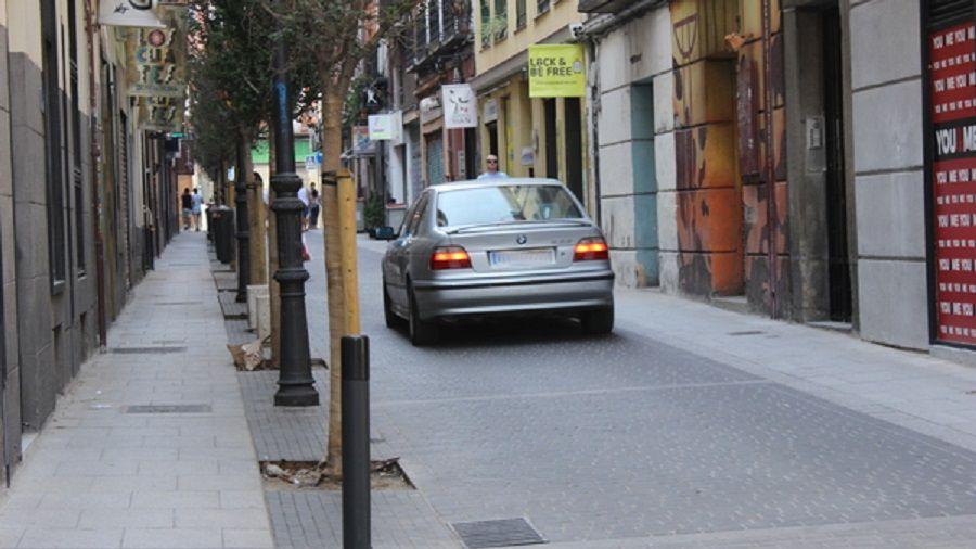 Coche circulando por calle de plataforma única   SOMOS CHUECA