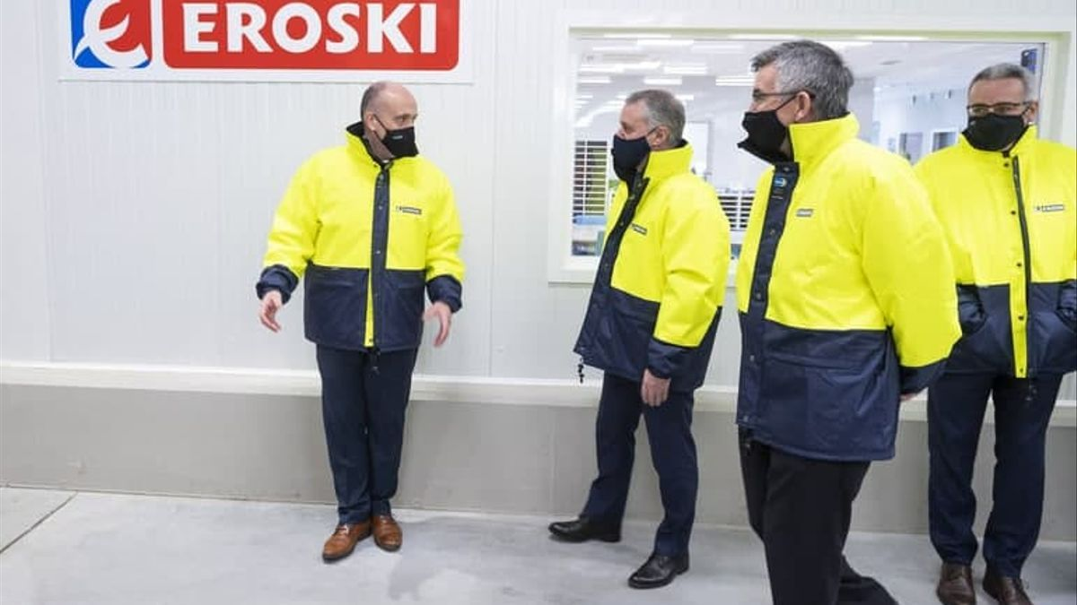 Urkullu, este lunes en un centro de distribución de productos frescos de Eroski en Vitoria