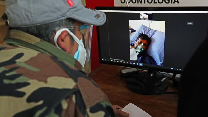 Una cabina de videollamadas acerca a familiares y pacientes con covid-19 en Bolivia