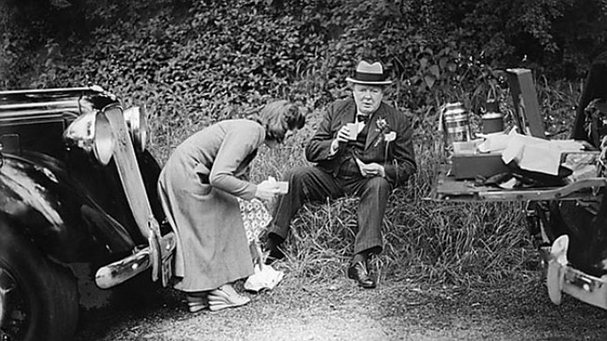 Winston Churchill con su hija de picnic
