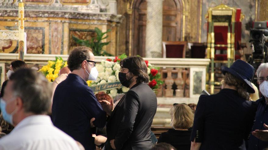 Cientos de personas siguen el funeral de Raffaella Carrà en Roma