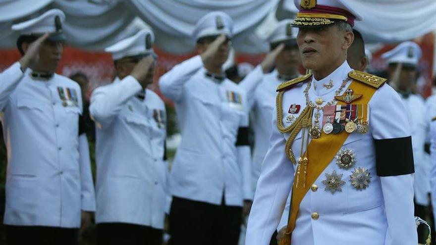 El rey de Tailandia sanciona la nueva Constitución y abre camino a las elecciones
