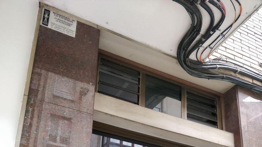 Placa franquista del Ministerio de la Vivienda colocada en el lateral de un portal de Santander | Foto: Andrés Hermosa
