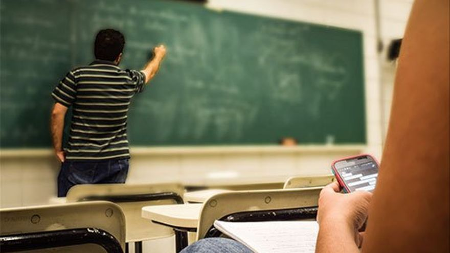 C:\fakepath\Alumno utilizando el móvil en el aula. (DP)..jpg