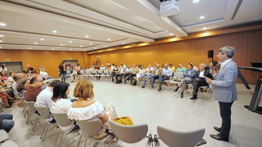 Alberto Bernabé, consejero de Turismo en el Cabildo de Tenerife, en la reunión de este miércoles con los ayuntamientos