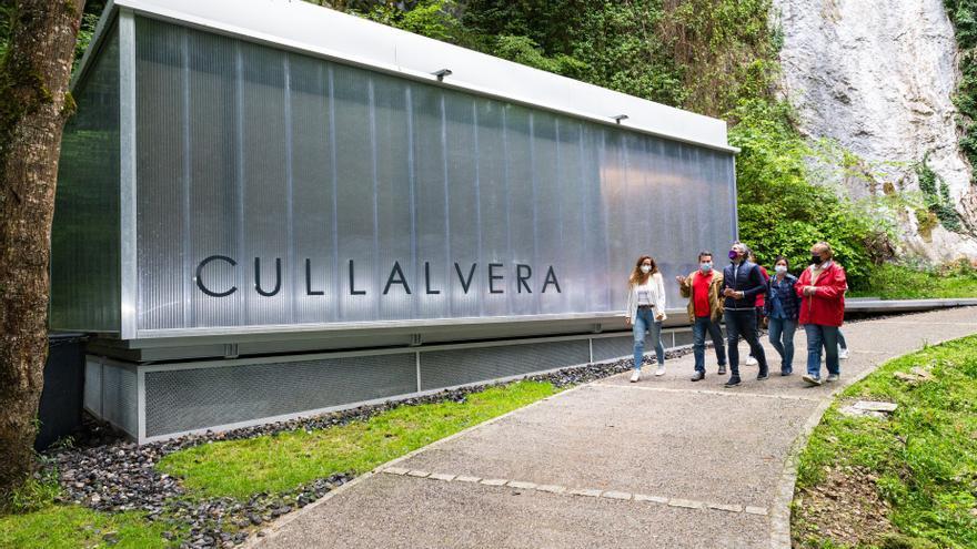 Zuloaga inaugura el centro de visitantes de la cueva de Cullalvera.