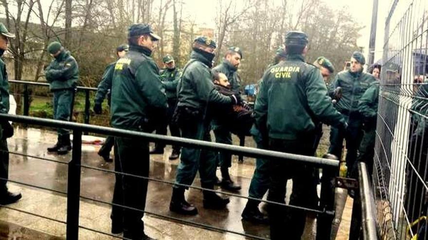 La Guardia Civil desaloja a miembros de la Plataforma Sarriana polo Río, en 2014