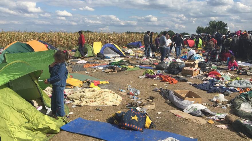 Una niña siria espera en el punto de retención de Roeszke a ser trasladada por la policía a un campo de refugiados / Olga Rodríguez