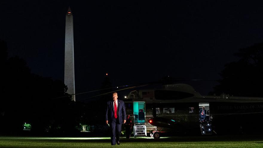 El presidente Donald Trump sale del Marine One a su llegada a la Casa Blanca.