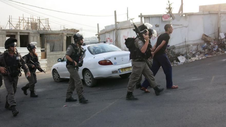 Soldados israelíes detienen a un joven, hermano del autor de un atentado. Arrestan a familiares de acusados y derriban sus viviendas / Ana Garralda