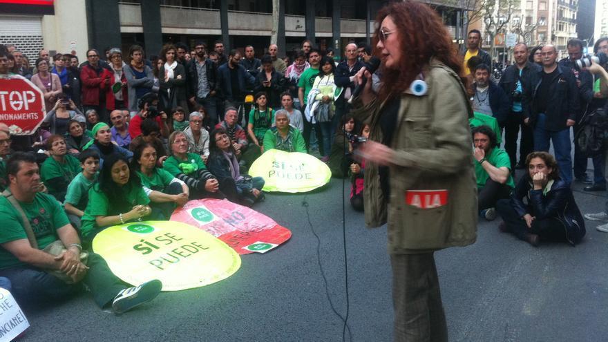 La periodista y escritora Cristina Fallarás, afectada por un proceso de desahucio, durante la acción de la PAH ante la sede del PP en Barcelona (cc: Joao França).