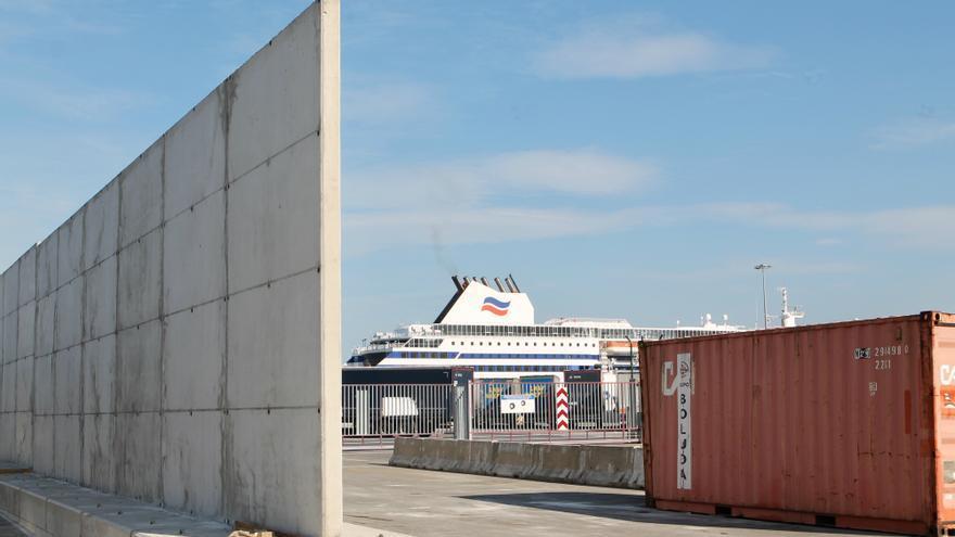 Muro en contrucción en el puerto de Santurtzi con el ferri al Reino Unido al fondo