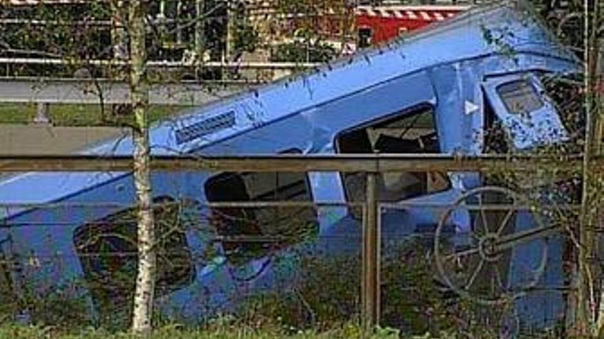 Fallece el maquinista de un tren y tres pasajeros resultan heridos al descarrilar un tren en Lezama (Vizcaya)
