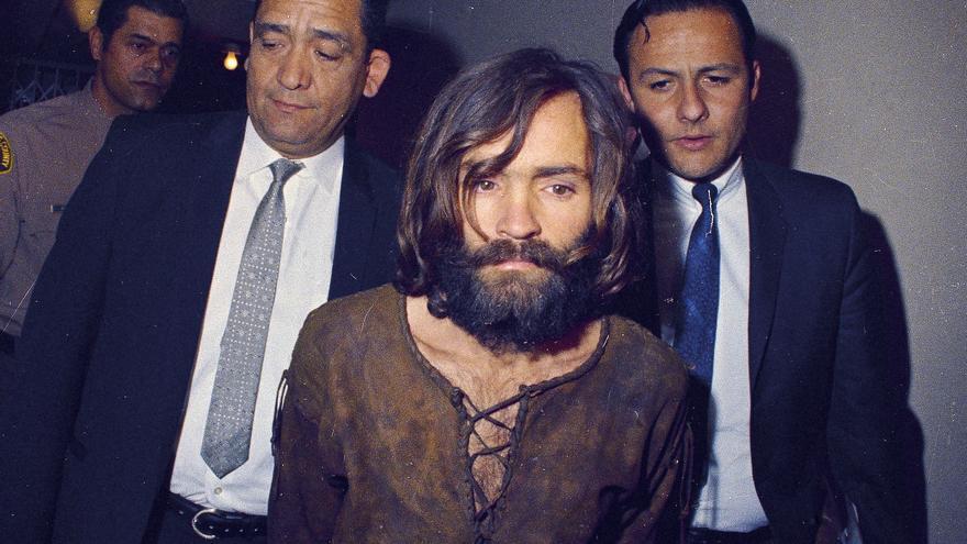 Charles Manson, en 1969 tras ser detenido por el asesinato de Sharon Tate / GTRESONLINE \ AP Photo