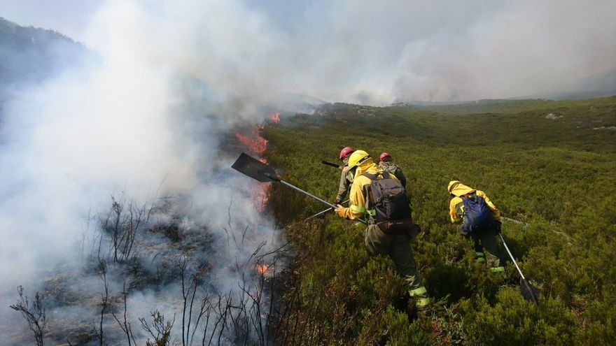 Trabajos de extinción en un incendio en Chandrexa de Queixa (Ourense)