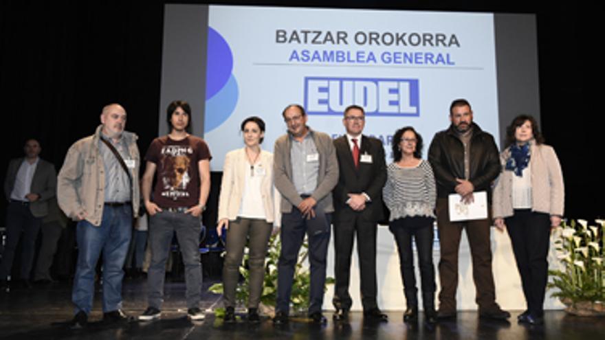 Aitor Abecia (segundo por la izquierda) en un acto de Eudel