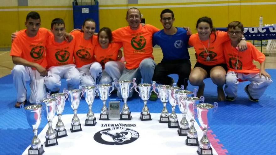 En la imagen, los deportistas palmeros clasificados con los trofeos.