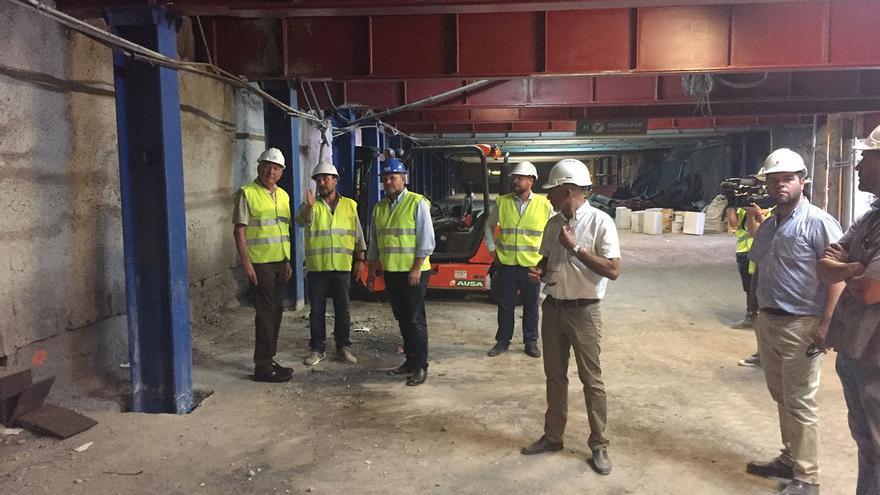 Las autoridades municipales atienden a las explicaciones de los técnicos de Sagulpa durante la visita al Aparcamiento de San Bernardo.