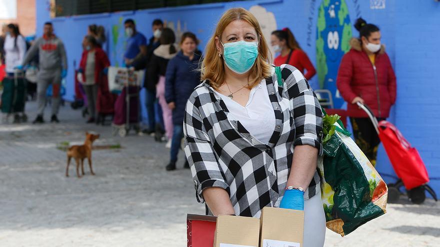 Miriam tras recoger alimentos en el Colegio Antonio Gala | MADERO CUBERO