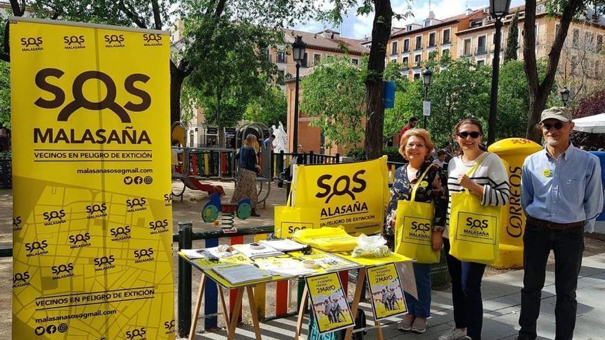 El amarillo característico de los carteles de SOS Malasaña se ha convertido en icono de los problemas que afectan al barrio y para los que la plataforma vecinal exige soluciones  | https://twitter.com/sosmalasana