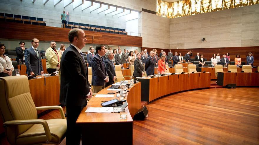 El Parlamento de Extremadura guarda un minuto de silencio en recuerdo de Santiago Carrillo