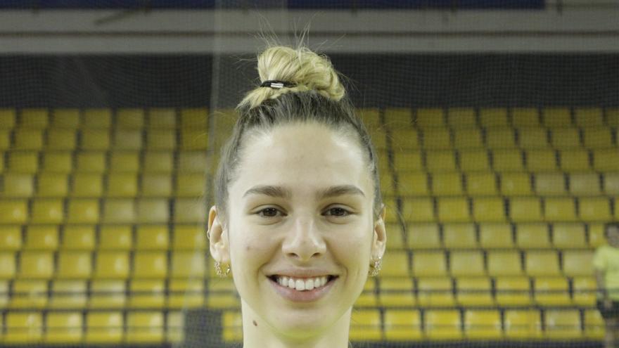 La jugadora serbia posa con sus nuevos colores