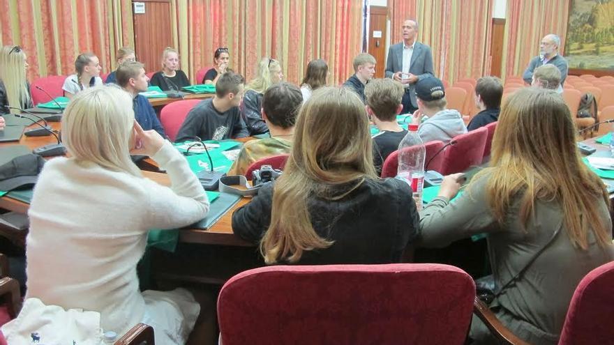 Los estudiantes del programa de intercambio, en la imagen, en el salón de plenos del Cabildo con el consejero insular de Turismo.