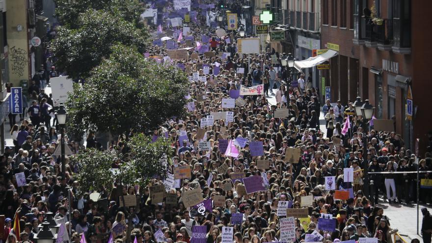 Manifestación estudiantil del 8M a su paso por la calle San Bernardo, en Madrid. Olmo Calvo