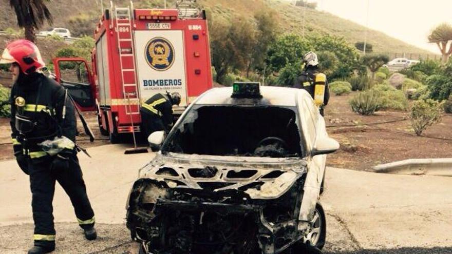 Estado del taxi tras el incendio (Twitter Policia Local)
