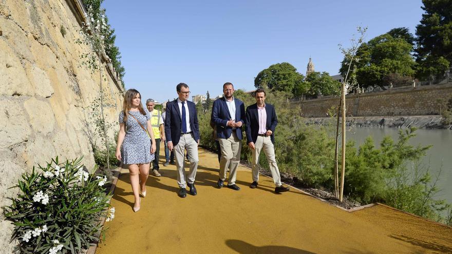 El alcalde José Ballesta junto con otros concejales de la Corporación inauguran la apertura del camino en la mota derecha del río